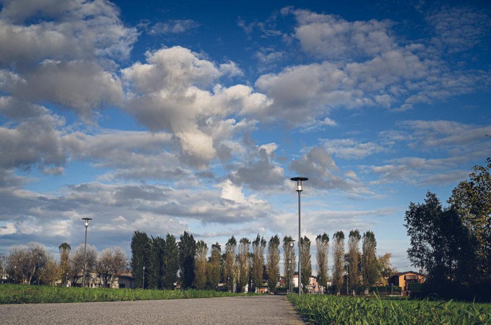 fotogramma di un time lapse con ciclabile, alberi e nuvole