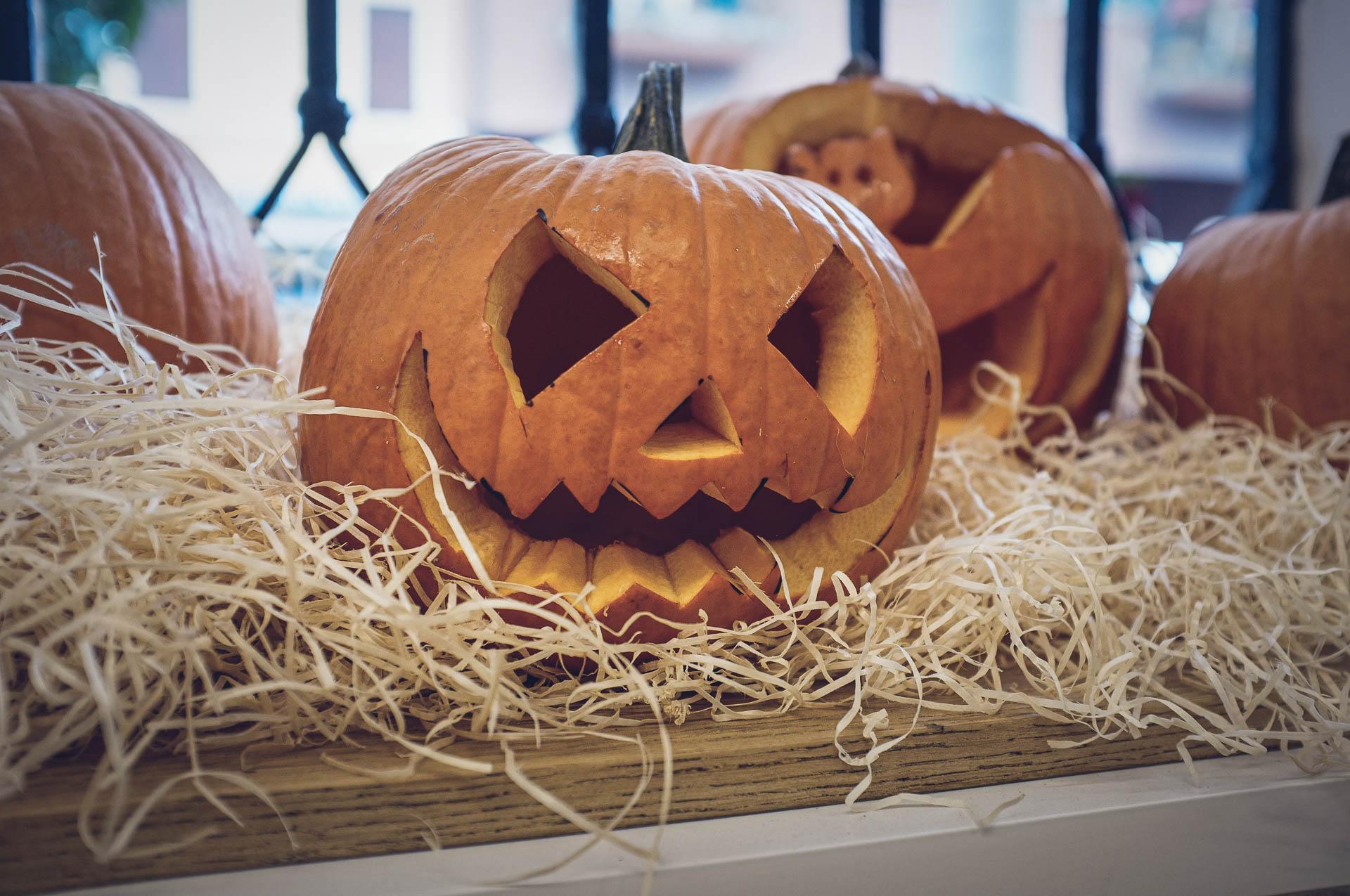 zucca di halloween fotografata in un bar con fujifilm x100
