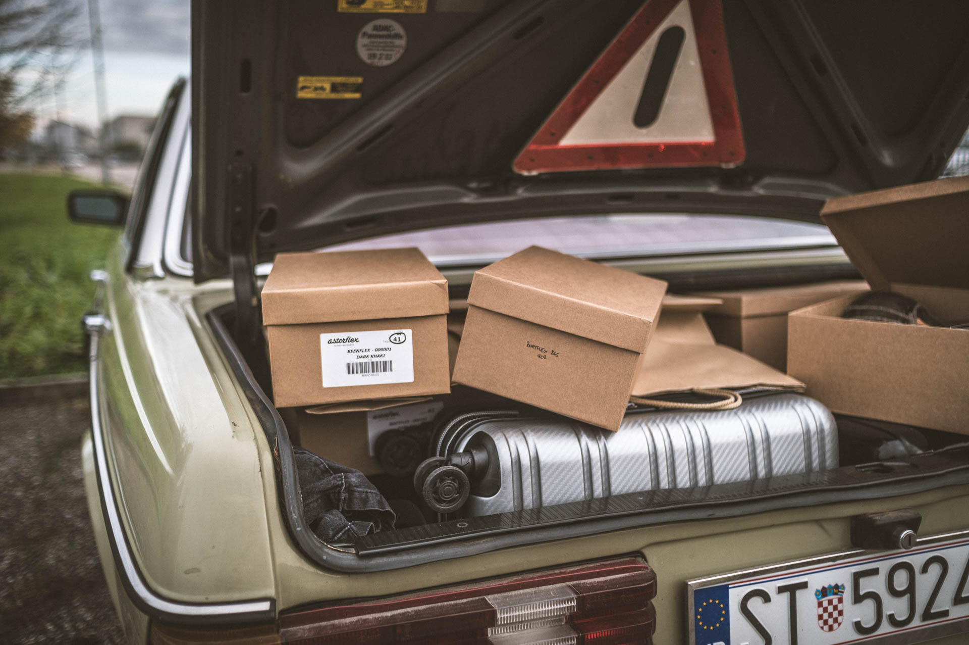 mercedes benz w123 con baule pieno di scatole astorflex