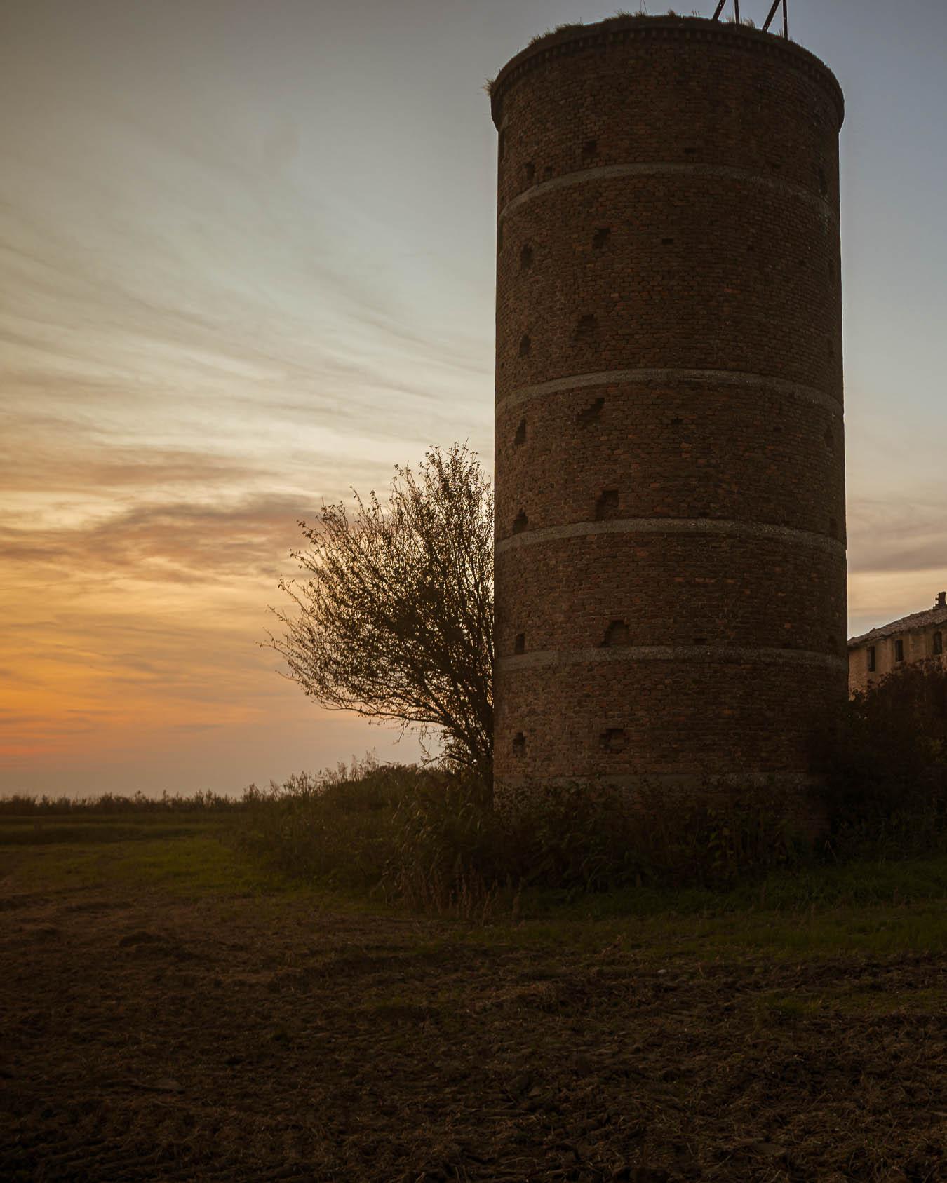 silos agricolo in mattoni dismesso