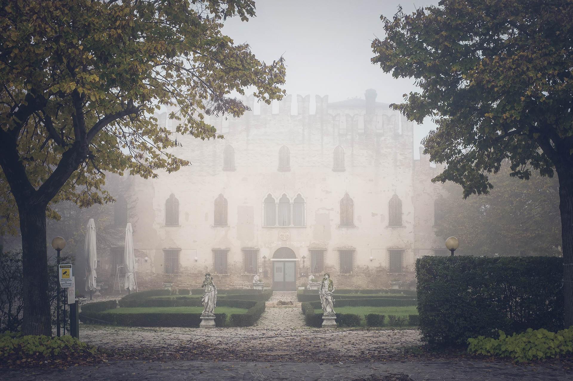 foto di palazzo de merli nella nebbia